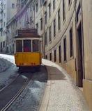 在里斯本葡萄牙一条安静的历史的街道的葡萄酒电车  免版税库存图片