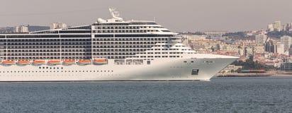 在里斯本葡萄牙前面的现代游轮 免版税库存照片