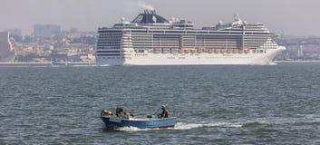 在里斯本葡萄牙前面的现代游轮 库存照片