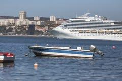 在里斯本葡萄牙前面的现代游轮 库存图片