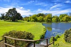 在里氏古堡附近的池塘在肯特 免版税库存照片