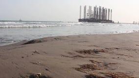 在里海的油和煤气井架 影视素材