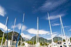 在里瓦德尔加尔达,意大利的游艇帆柱 库存照片