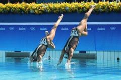 在里约时任意合作行动的希腊2016年奥运会的花样游泳二重奏惯例初步竞争 图库摄影