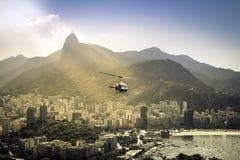 在里约热内卢上的直升机飞行 库存图片