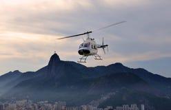 在里约热内卢地平线的直升机 库存照片