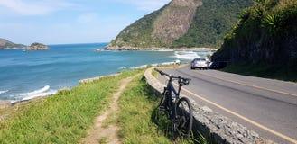 在里约热内卢骑自行车在一个热带海滩的乘驾 免版税库存照片