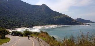 在里约热内卢骑自行车在一个热带海滩的乘驾 库存照片