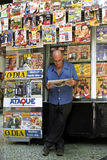 在里约热内卢读报亭的一张报纸 免版税库存照片