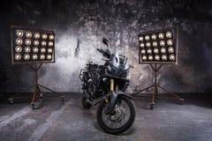 在里面内部的黑摩托车与黄色背后照明以形式 库存照片