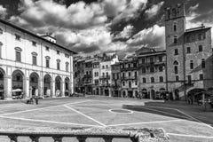 在重创的广场,阿雷佐,托斯卡纳,意大利的剧烈的天空 免版税库存图片