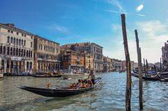 在重创的运河和长平底船的大厦概要在前景 在威尼斯的市中心 免版税库存照片