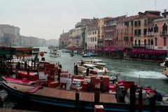 在重创的运河的交通,威尼斯,意大利 免版税库存图片