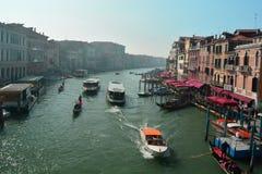 在重创的运河的交通,威尼斯,意大利 免版税图库摄影