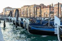 在重创的运河的威尼斯式长平底船,意大利 图库摄影