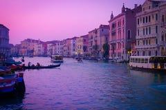 在重创的运河的日落 库存照片