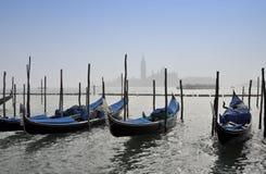在重创的运河的长平底船 图库摄影