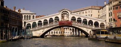 在重创的运河的Rialto桥梁 图库摄影
