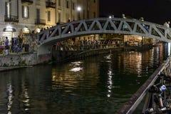 在重创的Naviglio的步行桥,米兰,意大利 免版税库存图片
