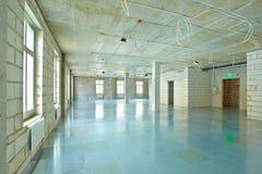 在重建下的空的空间在现代商业中心 库存照片