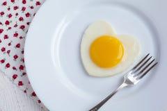 在重点形状的煎蛋在一个空白牌照 免版税库存图片