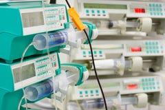 在重症监护病房的几个注射器泵浦 免版税库存照片