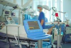 在重症监护病房的紧张的工作 免版税库存图片