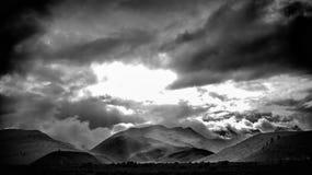 在重的云彩下的山 免版税图库摄影