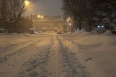 在重的暴风雪,多伦多,安大略,加拿大期间的未整修过的城市街道 免版税库存照片