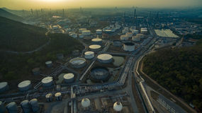 在重的石油化学的industrie的油箱存贮鸟瞰图  免版税图库摄影