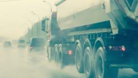 在重的降雨量,没有可见性的交通 被弄脏的剪影  免版税库存照片