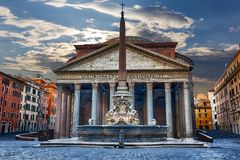 在重的雷雨云,没有人民下的罗马万神殿 库存图片
