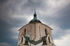 在重的风暴,捷克前的青山教会 库存图片