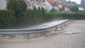 洪水在重的暴雨以后击中了斯洛文尼亚比斯特里察,斯洛文尼亚镇, 股票录像