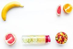 在重量白人妇女的美好的腹部概念损失 在果子柠檬和黄瓜水附近的水果沙拉在白色背景顶视图拷贝空间框架 图库摄影