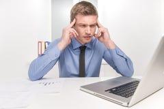 在重音、疲劳和头疼下的英俊的人 免版税库存图片