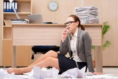 在重音下的女实业家从许多工作在办公室 免版税库存图片