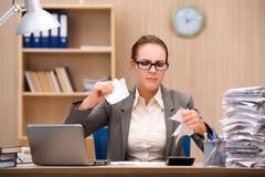 在重音下的女实业家从许多工作在办公室 免版税库存照片