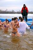 在重音下的女性在冷水, 图库摄影