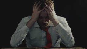 在重音下的粗心大意的商人,被激怒的人是紧张和变得极度兴奋的出口,破产概念 股票录像