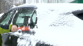 在重snowfal以后供以人员从汽车挡风玻璃的干净的雪 股票视频