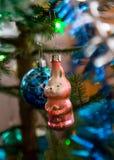 在野兔的老圣诞树` s玩具 库存图片