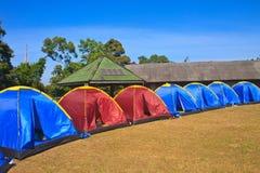 在野营地的五颜六色的帐篷 免版税库存照片