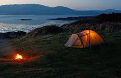 在海滩附近的帐篷 免版税库存图片