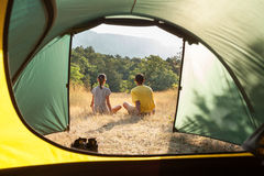 在野营的夫妇 免版税库存图片