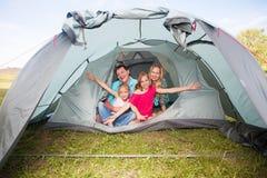 在野营的家庭 免版税库存图片