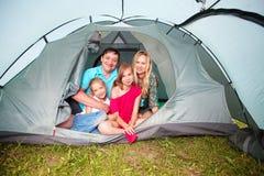 在野营的家庭 免版税库存照片