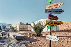 在野营的帐篷的装饰在沙漠 库存图片