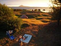 在野营的日落 免版税库存照片