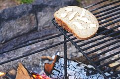 在野营的火的面包 免版税库存图片